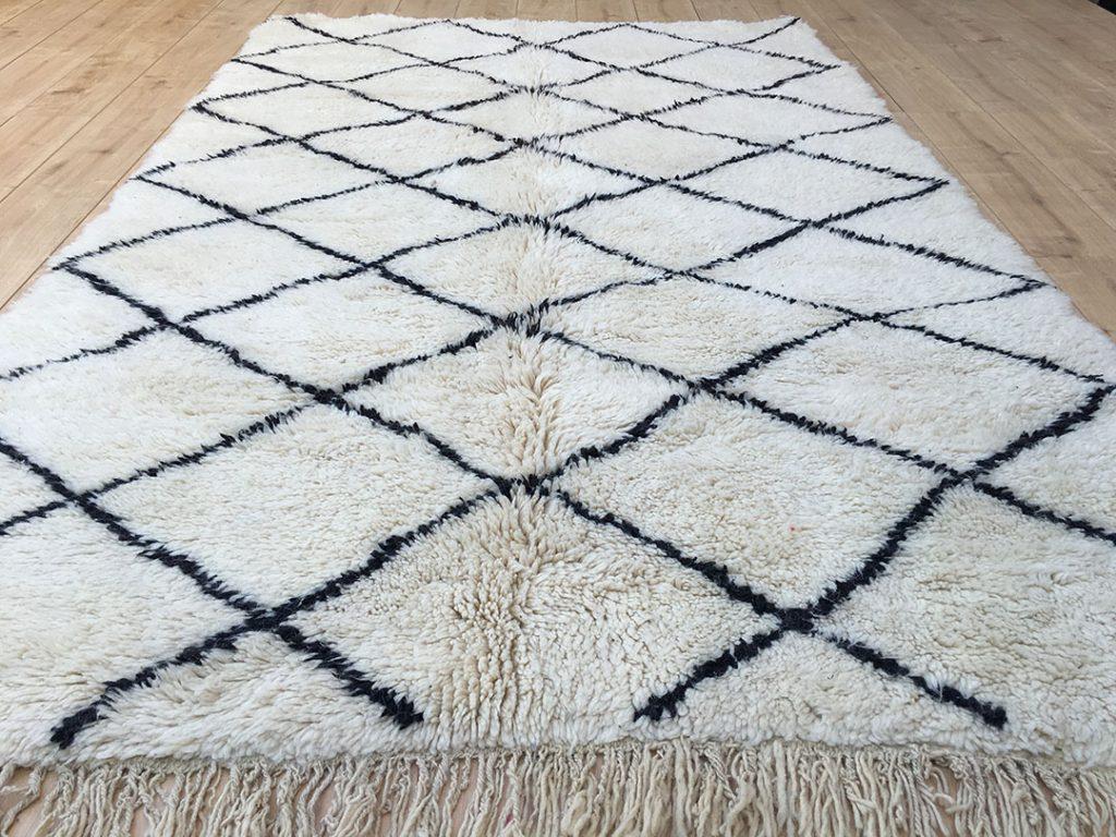 east unique moroccan berber rug tapis berbere beni ourain 260 170 cm b 018. Black Bedroom Furniture Sets. Home Design Ideas