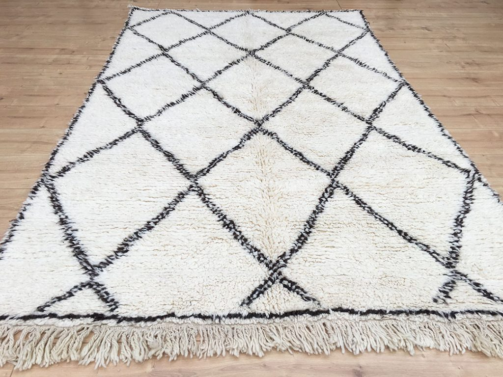 east unique moroccan berber rug tapis berbere beni ourain 255 155 cm b 025. Black Bedroom Furniture Sets. Home Design Ideas